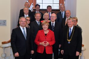 Minister President Haseloff, Chancellor Merkel, Leopoldina President Prof. Hacker and the Presidium of the Leopoldina. Image: Christof Rieken for the Leopoldina.